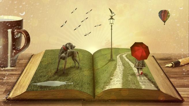 Otwarta książka, której strony są porośnięte trawą leży na stole pomiędzy kubkiem kawy, a wiecznym piórem. Na stronach książki stoi pies i dziewczynka z czerwonym parasolem